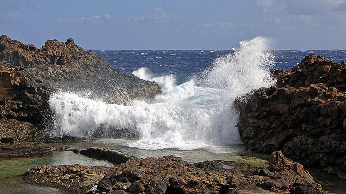 Fallece un hombre tras un golpe de mar en unas piscinas for Piscinas naturales yaiza lanzarote