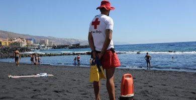 """entre las causas de los rescates, destacan la """"imprudencia"""" de personas que, en algunos casos, se introducen en el agua con bandera roja, o por enfermedades previas que padecen los bañistas."""