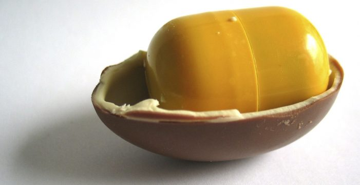 Encuentra una aguja en el huevo Kinder que le había comprado a su hija