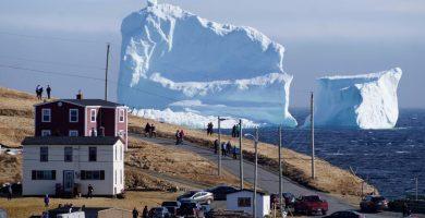 Un iceberg gigante, la nueva atracción turística de un pueblo de Canadá