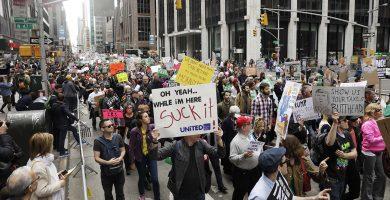 Manifestantes en Nueva York reclaman a Trump sus declaraciones fiscales. REUTERS/Lucas Jackson