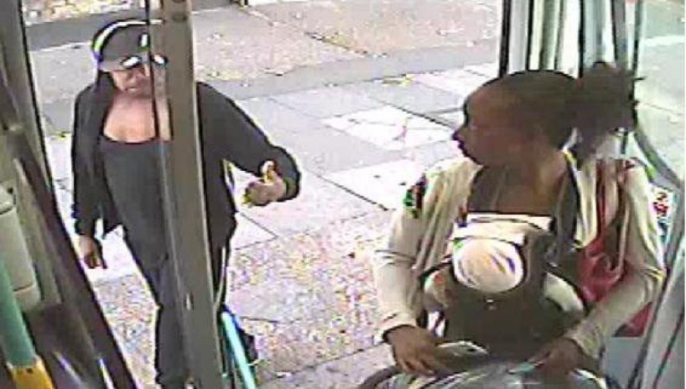 Momento en el que la mujer sube a la guagua alentada por su pareja. Policía Metropolitana de Londres