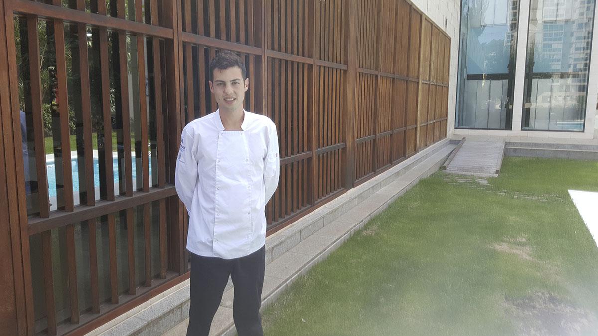 Javier Jiménez posa en las instalaciones del Hotel Escuela Santa Cruz. J. L. C.