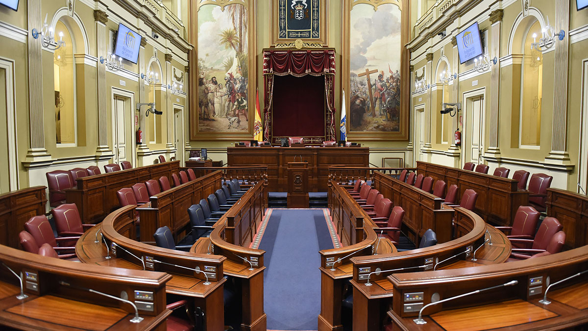 Los cuadros del salón de plenos del Parlamento aluden a la conquista y llevan más de un siglo en esa sala, que antes tuvo otros usos. Sergio Méndez