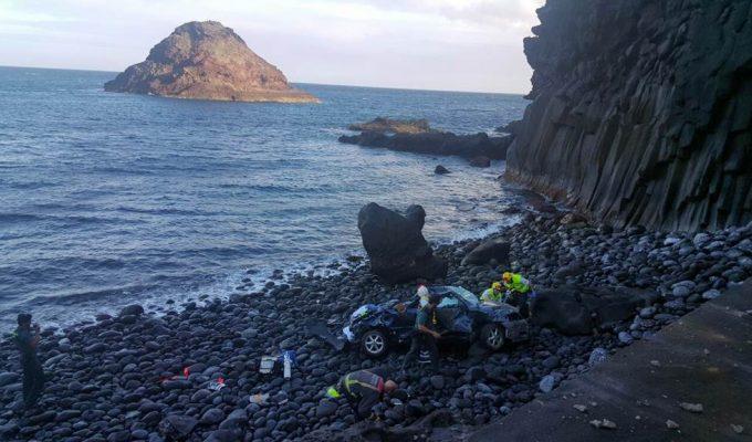 Muere una mujer tras caer con su coche desde unos 30 metros a una playa de Fasnia