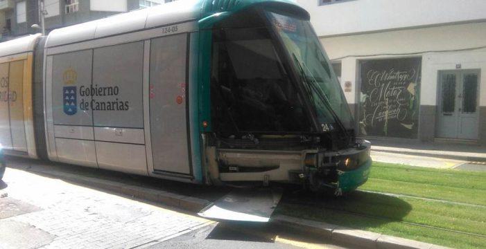 Un herido tras chocar su vehículo contra el tranvía