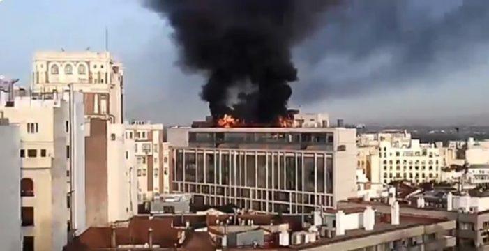 Aparatoso incendio sin heridos en una azotea en la Gran Vía de Madrid