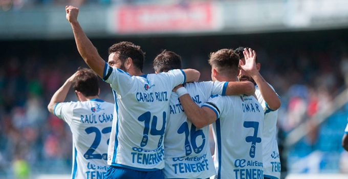 El Club Deportivo Tenerife suspende de empleo a los jugadores Alberto Jiménez y Javi Alonso