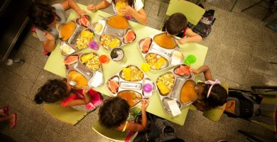 El Parlamento insta a supervisar lo que comen 70.000 niños en los colegios