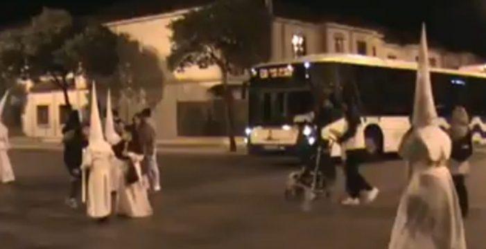 Una guagua aparece en medio de una procesión