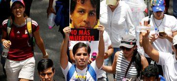 Opositores venezolanos marchan hacia el episcopado para honrar a los muertos