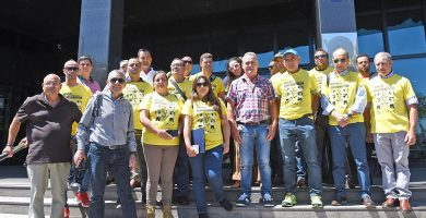 Un grupo de agricultores sin representación en la Asamblea se quejaron de no poder entrar a la reunión. En la imagen de la izquierda, el nuevo presidente de la patronal. Sergio Méndez