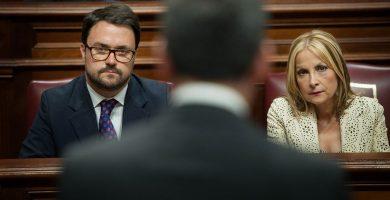 Asier Antona y Australia Navarro (PP) atienden a una intervención de Fernando Clavijo (CC), durante un pleno del Parlamento de Canarias. Andrés Gutiérrez