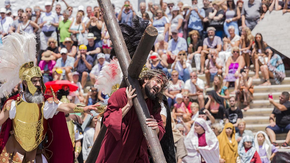 El recorrido de Jesús cargando la cruz entre el público. Phil Crean