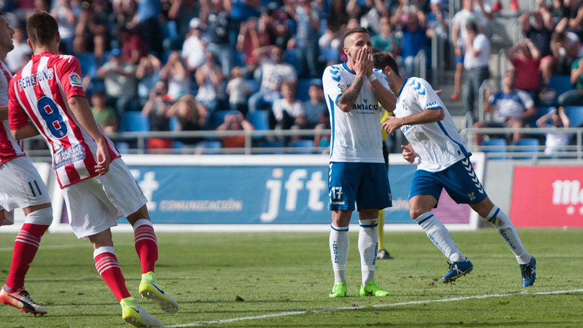 La afición arropa a Aarón Ñíguez tras su penalti a lo Panenka. Fran Pallero