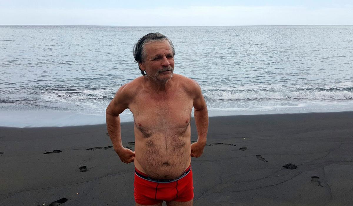 José Antonio Candelario Lorenzo, tras su primer chapuzón en la playa. /  DAVID SANZ