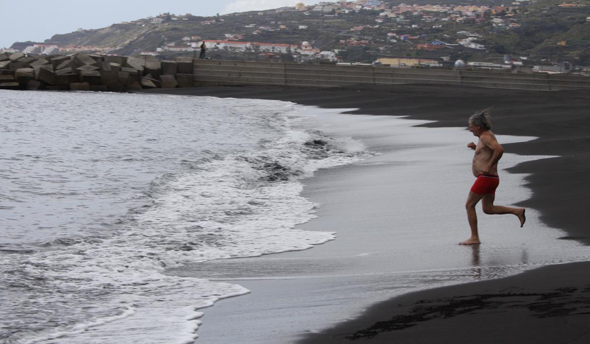 José Antonio Candelario, en un histórico primer baño en la playa. / DA
