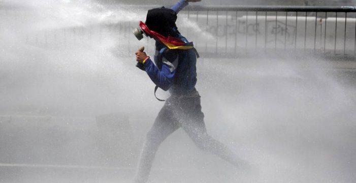 """La oposición denuncia la """"brutal represión"""" contra la manifestación de Caracas"""