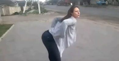 Una chica hace twerking  y provoca un brutal accidente entre una moto y un coche