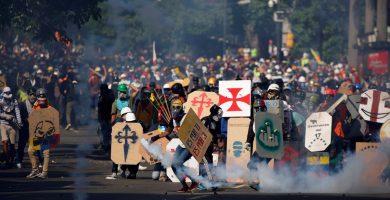 Manifestantes hacen frente a las cargas policiales en Caracas | REUTERS