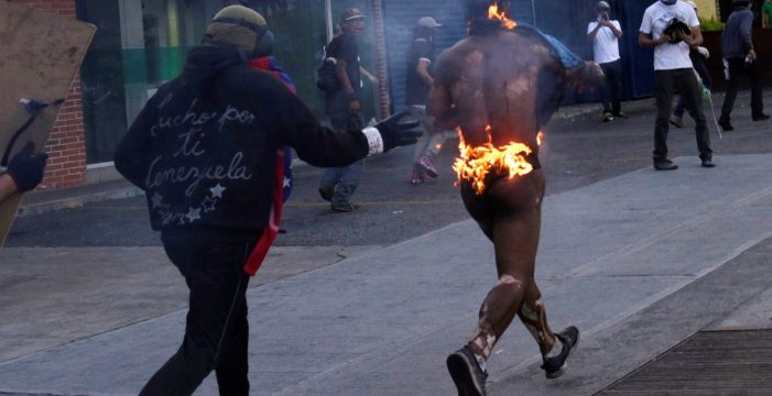 Maduro culpa a manifestantes opositores de quemar vivo a un chavista