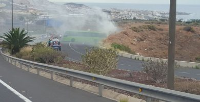 Bomberos de Tenerife sofocan el incendio de una guagua en Adeje