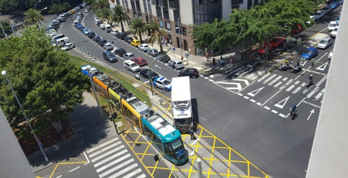 Un camión colisiona con el tranvía en Santa Cruz