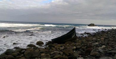 Encuentran una embarcación abandonada en la playa de Almáciga