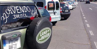 Varios coches expuestos en los aparcamientos de la avenida principal de Los Cristianos, junto a la rotonda de entrada. DA