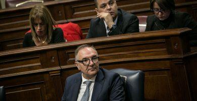 En primer plano, el consejero de Sanidad, José Manuel Baltar, durante un pleno del Parlamento de Canarias. Andrés Gutiérrez