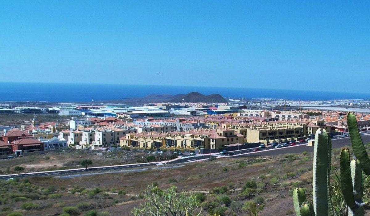 Llano del Camello cuenta con una población de 3.000 habitantes y está situado en Las Chafiras, junto a la TF-1. DA