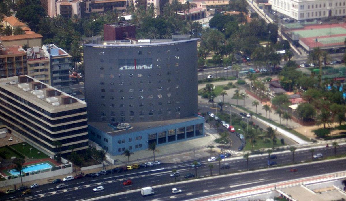 La espectacular sede de la Jefatura superior de la Policía Nacional (Las Palmas de Gran Canaria) contrasta con la escasez de medios en Tenerife. DA