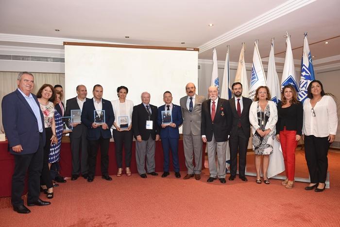 La familia de los premiados, durante la primera entrega de los Premios Sostenible Skål Internacional, que tendrá carácter anual. Sergio Méndez