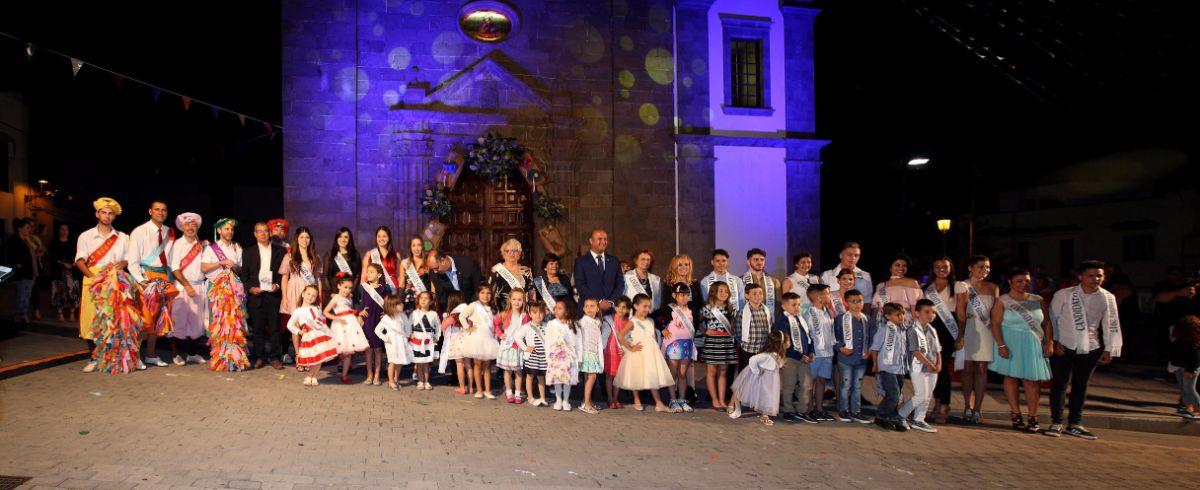Pregoneros y candidatos a Romera Mayor, Reina y Míster, el pasado viernes en la plaza de San Antonio de Padua. DA
