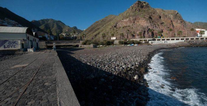Retiran 1.400 kilos de basura del fondo marino de la playa de Valleseco, entre ellos botellas, ruedas de camión y calzoncillos
