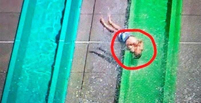 Un niño sale disparado del tobogán de un parque acuático
