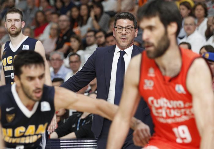 El técnico griego, durante un encuentro de la pasada temporada, con el UCAM Murcia| ACB Media