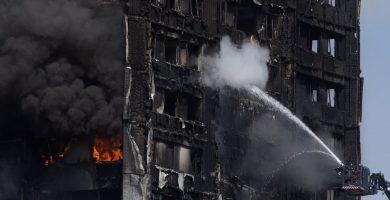 Los bomberos trabajan extinguiendo las últimas llamas de la torre Greenfell | REUTERS/Toby Melville