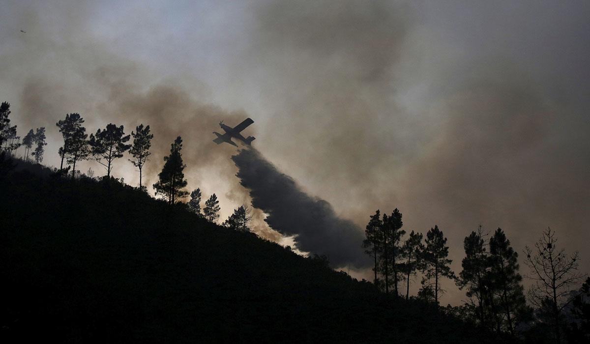 Avión combatiendo el juego en Portugal. REUTERS/Miguel Vidal