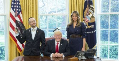El profesor junto a Trump y su mujer en la Casa Blanca. Facebook