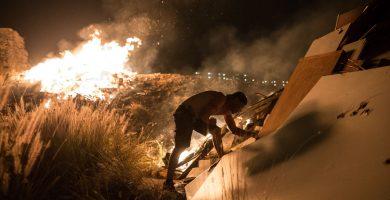 San Juan purifica la Isla con fuego y mar