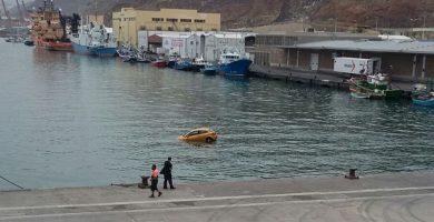 Rescatan a una conductora y a una niña que cayó al agua con su coche en la Dársena Pesquera