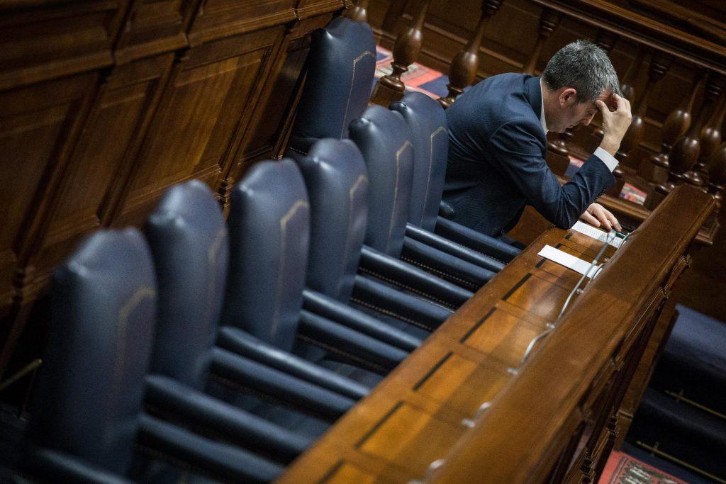 Soliloquio de Fernando Clavijo en el banco azul del Parlamento de Canarias. / ANDRÉS GUTIÉRREZ