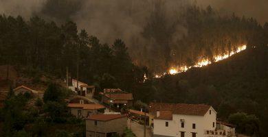 Uno de los incendios forestales que asolan Portugal. REUTERS/Miguel Vidal