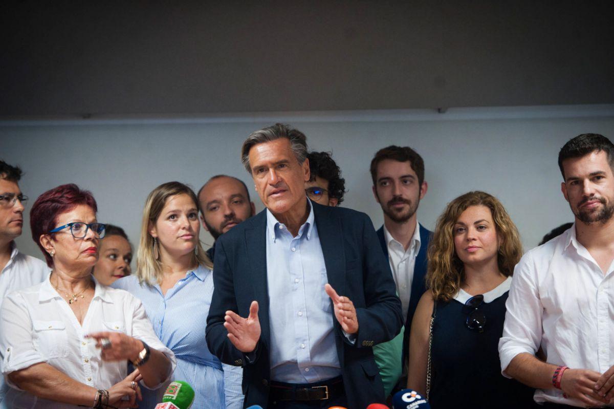 Juan Fernando López aguilar atiende a los medios de comunicación tras registrar su precandidatura. / FRAN PALLERO