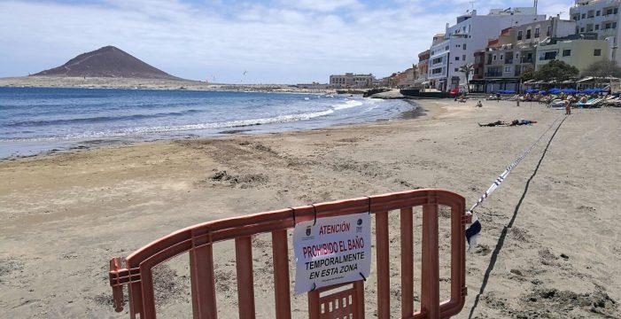 Una bacteria contaminante obliga al cierre de la playa de El Médano