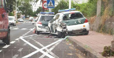 Un conductor colisiona contra varios vehículos de la Guardia Civil en Tacoronte