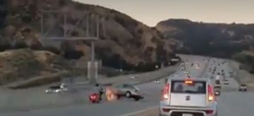 Un motorista provoca un accidente tras dar una patada a un coche