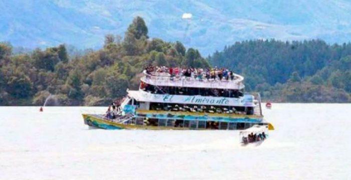 Naufraga una embarcación con al menos 150 turistas a bordo en Colombia