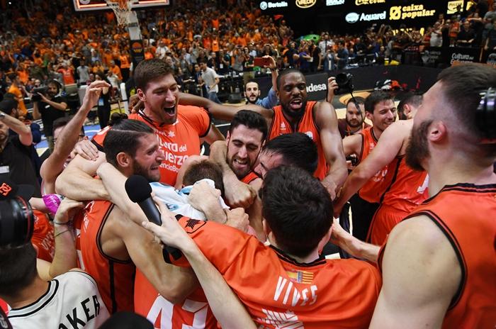Los valencinistas, celebrando su histórico título| ACB MEDIA